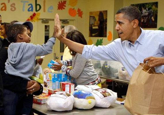 Amerika jelenlegi elnöke, Barack Obama is nagyon lelkes, amikor ünnepekről van szó, a képen 2010-ben a Martha's Table ételt osztó alapítványnál önkénteskedik.