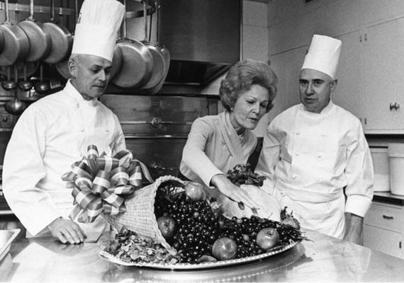 Pat Nixon a Fehér Ház szakácsaival 1971-ben. A first lady éppen ellenőrzi, a hálaadásra készült pulykát és zöldségkosarat.