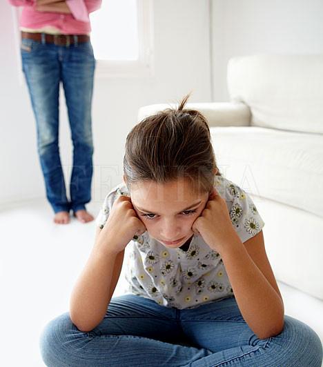 Családi zűrökMivel egy fedél alatt éltek, valószínűleg tudsz olyasmit a szüleidről vagy a testvéredről, ami nem tartozik másokra, mégsem tanácsos egy otthoni balhé után a Facebookon kiteregetni a családi szennyest, hogy még jobban elmérgesítsd az otthoni viszonyt. Ha egy kis összeveszésnél nagyobb a baj, és valóban segítségre van szükséged, akkor persze ne hallgass, de ilyenkor se a közösségi oldaltól várj segítséget: fordulj inkább egy tanárodhoz vagy egy családsegítő szervezethez.Kapcsolódó cikk:Szülők a Facebookon »