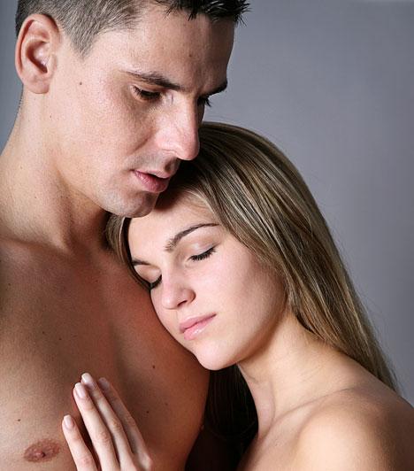 Szex azokon a napokon  A szexet a menstruáció alatt sokan tabuként kezelik, talán azért, mert a havi vérzést sokan még mindig tisztátalan dolognak tartják. Holott táncoló hormonjaid miatt teljesen természetes lehet, ha te éppen ilyenkor kívánod legintenzívebben a párodat. Ha egyikőtöket sem ijesztenek meg a körülmények, a szex ilyenkor sem tilos! A védekezésre azonban ilyenkor is gondoljatok, és azt is tartsd szem előtt, hogy ezeken a napokon védtelenebb vagy a ferzőzésekkel szemben is.  Kapcsolódó cikk: Szex a menstruáció alatt: lehet bajod belőle? »