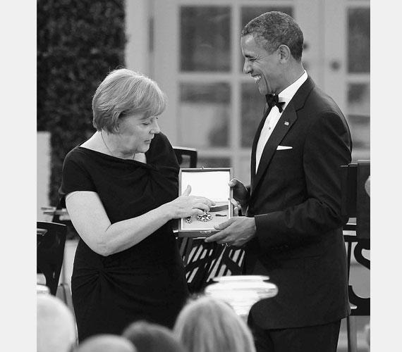 A Fehér Házban átveszi a Szabadság Érdemérmet Obama elnöktől 2011-ben.