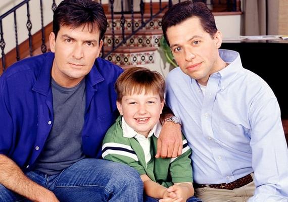 Ilyen volt a Két pasi - meg egy kicsi kezdetén, 2003-ban, tízévesen. A fotón a nagybátyját alakító Charlie Sheennel és az apját játszó Jon Cryerrel látható.