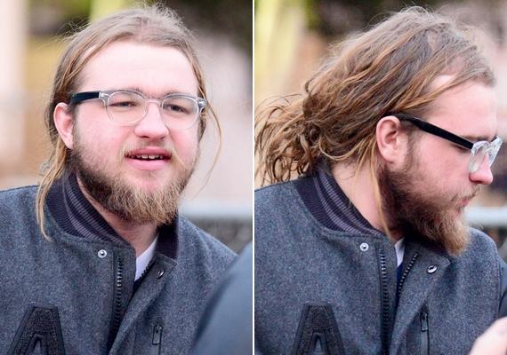 Így néz ki most Angus T. Jones: hosszú, ritkuló, zsíros haj és ápolatlan, bozontos szakáll.