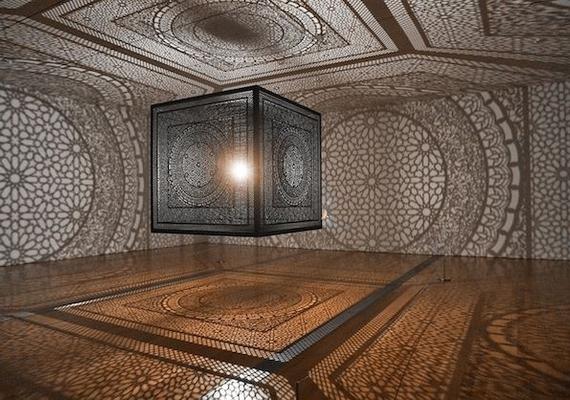 Ez a páratlan látvány fogadja azokat, akik Anila Quayyum Agha kiállítására érkeznek.