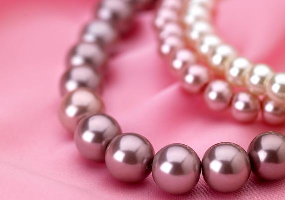 Ha anyukád szereti az ékszereket, egy szép nyaklánc vagy karkötő is jó ajándék, főleg, ha te magad készíted el.
