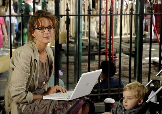 Egy kétgyermekes anya vívódásait, majd újbóli magára találását mutatja be az Anya a pácban.