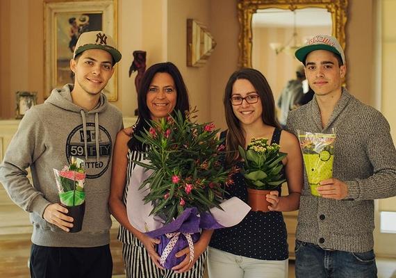 """""""Ugye senki nem felejtette el a számára legfontosabb nőt a világon?"""" - tette fel a kérdést a rajongóknak Éder Krisztián, a 25 éves fotós-énekes egy családi kép kíséretében."""