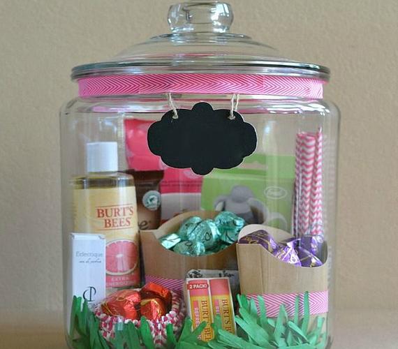 Fogj egy nagy, lezárható üveget vagy szép dobozt, és töltsd meg az anyukád kedvenc dolgaival! Tehetsz bele édességet, kozmetikumokat, ami csak eszedbe jut.