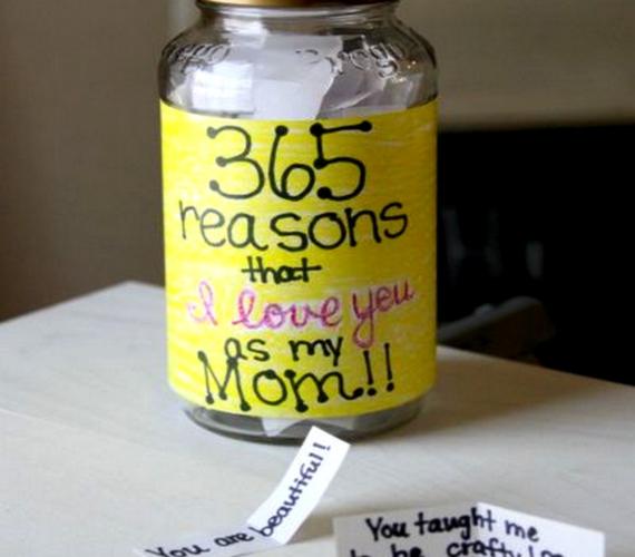 Fogj egy befőttesüveget, és díszítsd fel! Vágj 365 darab cetlit, és mindegyikre írj valamit, amit szeretsz az anyukádban - így az év minden napjára jut egy kedvesség.
