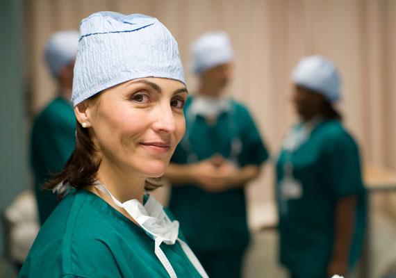 A Blikk hétfői száma szerint nemcsak a nővérek és ápolók, de az orvosok is borzasztóan leterheltek. A cikk szerint a túlterhelt orvosok a sürgősségi osztályokon egyszerre akár több beteget is ellátnak, miközben enni sincs idejük, naponta pedig akár száz pácienst is vállalniuk kell. Egy nap akár 12 órát is dolgozni kell, ráadásul gyakran nincs tapasztalt segítség a kezdő orvosok mellett munkaerőhiány miatt. Mindez kezdő orvosként, alacsony bérrel nem csoda, hogy pályaelhagyáshoz vagy külföldi munkához vezet.