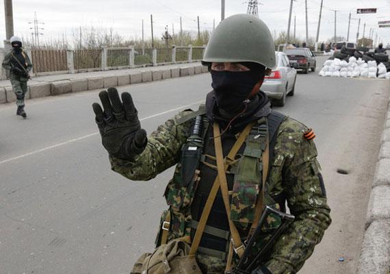 Ukrajna keleti részén áprilisban kezdődtek a heves, gyakorta erőszakos tüntetések, amiket állítólag oroszpárti civilek szerveztek. Az ideiglenes ukrán kormány már akkor arra figyelmeztette az ENSZ-et, hogy ez egy orosz akció része, aminek végső célja az, ami a Krím-félsziget esetében is történt, azaz a területszerzés. Ekkor született meg az a rendelet is, mely terrorelhárító műveletek végrehajtását engedélyezte az ukrán hadsereg egységei számára.