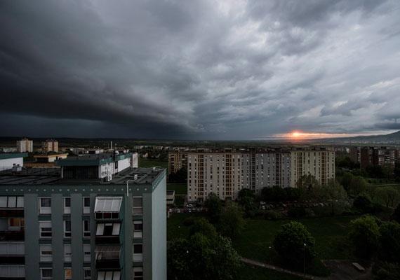 Pécsen tegnap este ennyire baljós látványt nyújtott a viharral érkező sötét felhő.