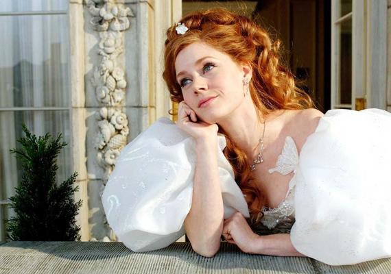 Bűbáj, 2007: Giselle éppen az esküvőjére készül a mesevilágbeli barátaival, mikor a gonosz királyné a való életbe száműzi. New York sok meglepetéssel szolgál a lánynak, mindez sok jópofa betétdallal körítve képzeld el.