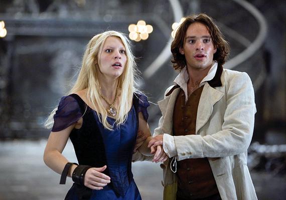 Csillagpor, 2007: Tristan Thorn el akarja nyerni a gyönyörűséges Victoria szívét, ezért megígéri, hogy elhozza neki a csillagot, ami nemrég hullott a Földre. Csakhogy nem ő az egyetlen, aki az emberi alakot öltött Esthajnalcsillagot szeretné, és a csillag maga sem gondolja úgy, hogy bárki birtokolhatná.