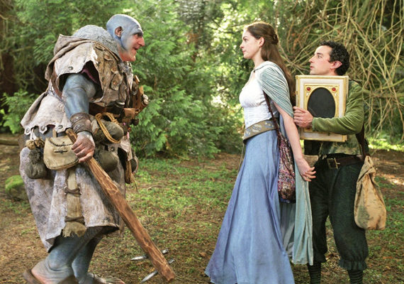 Elátkozott Ella, 2004: Ella születésekor a lehető legrosszabb ajándékot kapja a tündérkeresztanyjától: minden kérésnek engedelmeskednie kell, még akkor is, ha a jóképű és elbűvölő Char herceg megöléséről van szó.