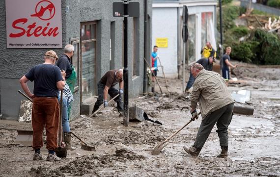 Katasztrófahelyzetet hirdettek szerdán a bajorországi Rottal-Inn járásban, mert a heves esőzés áradásokat okozott több településen. Az áradások miatt szerda késő estig legkevesebb hárman meghaltak.