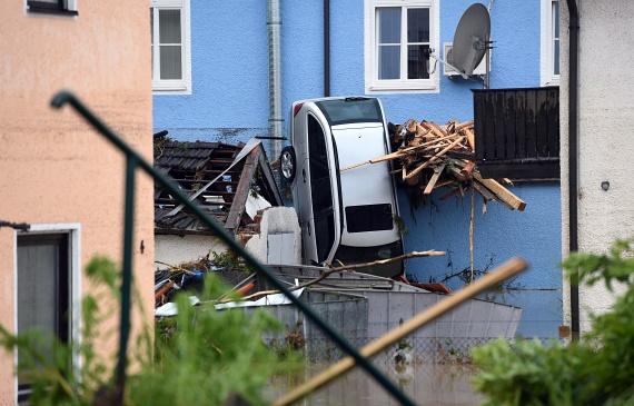 Az egy hétig tartó, rendkívül csapadékos időjárás Németországban sok helyen gondot okozott. Hannover térségében több mint száz helyszínre riasztották a tűzoltókat, többnyire elárasztott pincék miatt, Lipcsében pedig több utca víz alá került.