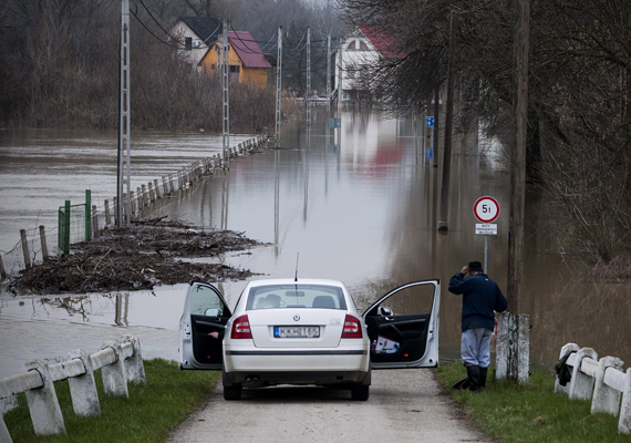Víz alatt az út Tiszacsegén. Az árvíz április végére elvonult, mára szinte mindenhol visszahúzódott a víz.