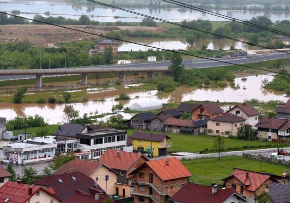 Szarajevó külvárosa. Egész Bosznia-Hercegovinában komoly veszélyt jelentenek a heves esőzések és áradások nyomán kialakult földcsuszamlások.