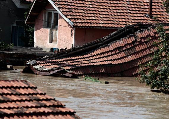 A bulgáriai Mizijában ötszáz embert kellett evakuálni a hirtelen jött árvizek miatt. A Szófiától kétszáz kilométerre található településen óriási károkat okozott a szélsőséges időjárás.