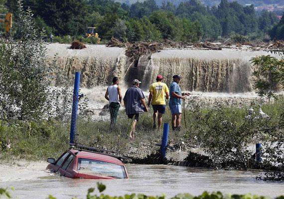 Romániában már július vége óta szenvednek az árvizektől. Eddig négy ember halt meg az áradásokban, sok megyében még most is súlyos a helyzet.