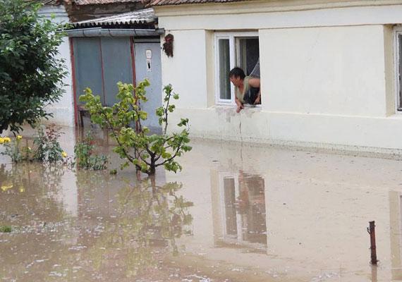 Kétségbeesett nő figyeli az emelkedő vízszintet a szerbiai Vrsacban.
