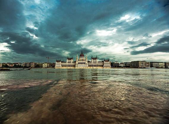 Félelmetes a Duna áradása Budapesten is. Az árvízi helyzeten nem segít a sok eső és felhőszakadás sem.
