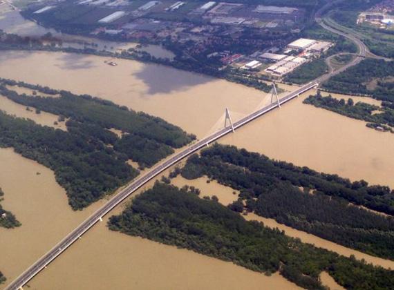 A fővárosban vasárnap éjszaka tetőzött a Duna, de reggelre már elkezdett apadni a vízszint. Amíg északon már apad a víz, délen még csak hétfőn várható a tetőzés.