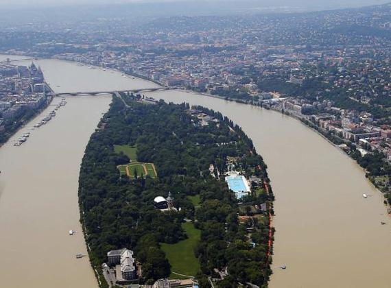 A külföldi sajtó, többek között a CNN, a BBC és a Daily Mail is kiemelten foglalkozik az európai és azon belül is a magyarországi árvízzel.