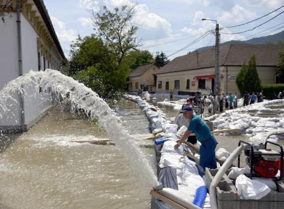 Annak ellenére, hogy Nagymaroson már apad a Duna, két napig nem lesz tanítás, hiszen a helyi iskolai konyha kapacitásának egy részét az árvízi védekezők ellátása köti le.
