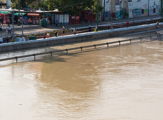 Rekordmagasságú víz a budapesti Szentlélek téren.