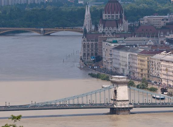 Észak-Csehországban újabb árvizeket okoz a hatalmas esőzés, és Ausztria északi részén is újabb áradásokra lehet számítani.