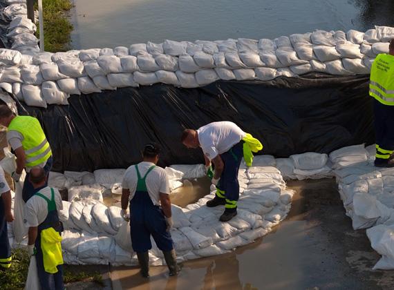 Az árvíz összesen 22-23 kajak-kenu egyesületet érintett, ami klubonként 2-3 millió forintos terhet jelent. Több esetben például a zsákokba töltött homokot is az egyesületek finanszírozták, ami klubonként 150-200 ezer forintot jelent.