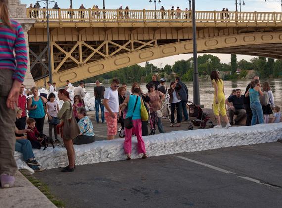 A hétvégén kialakult drámai árvízi helyzet tömegeket vonzott a Duna partjára, ahol szinte május 1-jei hangulat uralkodott.