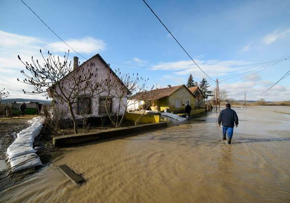 Nyolc lakóházat veszélyeztet a víz. A házakat homokzsákokkal védik.