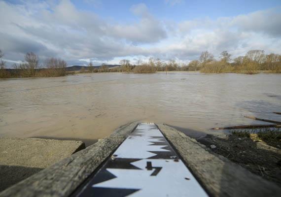 Vízmérce az Ipolynál. A csapadékos idő miatt rövid idő alatt jelentősen megemelkedett a folyó vízszintje.