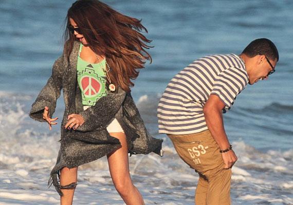 Selena Gomez láthatóan jól szórakozott az izmos és jóképű fiatalember társaságában...