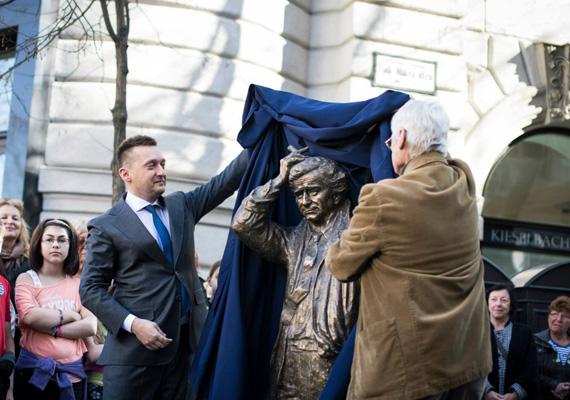 A Belváros polgármestere, Rogán Antal átadta a Falk Miksa utcában helyet kapó Columbo és kutyája szobrot.