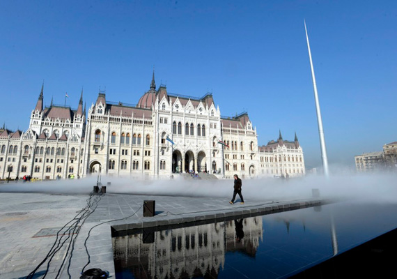 Az Országház előtti, megújult Kossuth téren elöl egy díszmedence található, mögötte pedig kövezetbe épített, vizet permetező párásítók működnek.