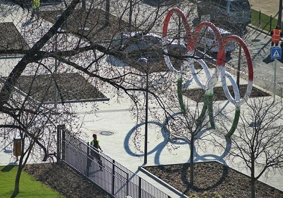 Rogán Antal Facebook-oldalán lelkesen posztolgatja a megújuló Olimpia Parkot is, ahol a karikák már a helyükre kerültek.