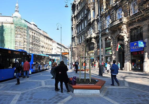 A fejlesztési miniszter, Németh Lászlóné, a főpolgármester, Tarlós István és Rogán Antal a múlt héten átadta a felújított Ferenciek terét és környékét.