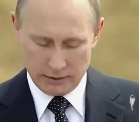 Hihetetlen, mire képes egy aprócska folt! Felkerült egy olyan videó a világhálóra, amely azt bizonyítja, hogy Putyin zakóját egy madár bepiszkította beszéd közben. Az érdekes, de valótlan hírt neves külföldi híroldalak hozták le, ám végül kiderült, hogy semmi ilyesmi nem történt.