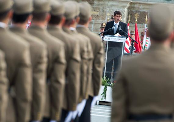A köztársasági elnök, Áder János beszédet mond a Nemzeti Közszolgálati Egyetem Hadtudományi és Honvédtisztképző Kara végzős hallgatóinak tisztavató ünnepségén, a Hősök terén.