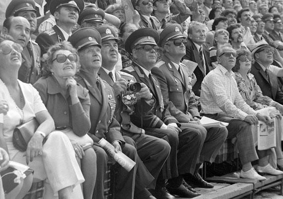 Micsoda csapat 1978-ban az augusztus 20-i vízi- és légiparádén! Fényképezővel a kézben Czinege Lajos honvédelmi miniszter, világos cipőben és napszemüvegben pedig nem más, mint Mihail Tyimofejevics Kalasnyikov, a híres-hírhedt fegyver feltalálója.