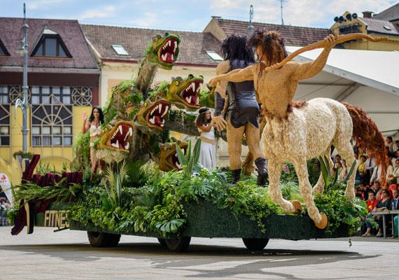 Debrecenben már 45. alkalommal rendezték meg az augusztus 20-i virágkarnevált. A képen a felvonulás egyik kocsija látható.