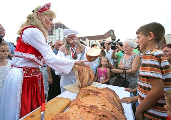 Marosvásárhelyen idén először tartották az Új Kenyér Ünnepét köztéren. Több hatalmas kenyeret is szétosztottak Szent István ünnepének alkalmából.