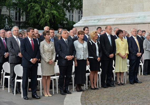 Orbán Viktor és Áder János feleségeikkel vettek részt a Szent István-napi ünnepi szentmisén. A képen látható még Darák Péter, a Kúria elnöke, Tarlós István, Rogán Antal és Semjén Zsolt is.