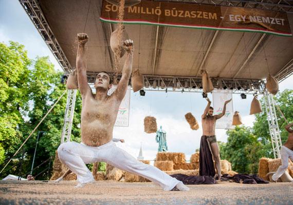 Pécsen a helyi balett táncosaival rendezték meg a Magyarok Kenyere Ünnepét.