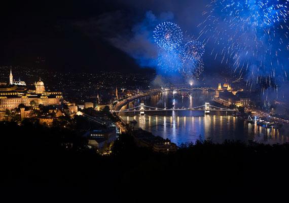 Tűzijátékokat országszerte rendeztek, de hagyományosan a legnagyobb ilyen látványosság a budapesti. A tűzijáték zárta az ünnepi megemlékezéseket. Szerencsére estére jó idő kerekedett.