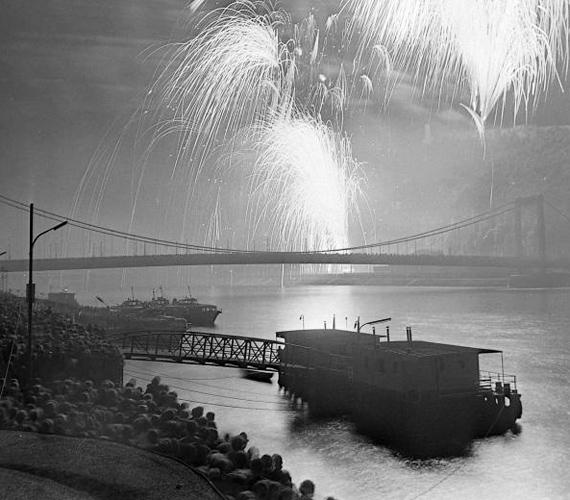 Az 1978-ban készült fotón jól látszik, már akkoriban is nagyon sokan látogattak le a rakpartra, hogy élőben nézhessék végig a tűzijátékot.